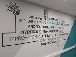 Графика в офисе, роспись стены шрифтами
