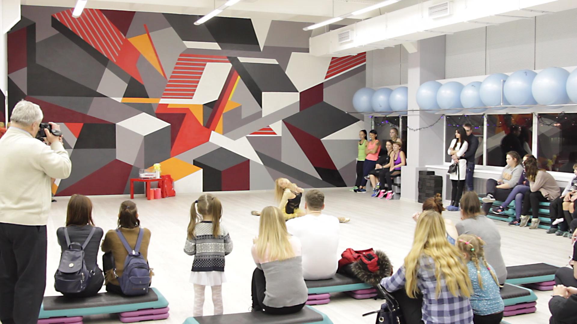 геометрическая яркая роспись стен спортзала