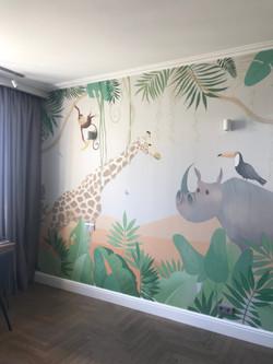 роспись стен детской джунгли и звери жираф и носорог