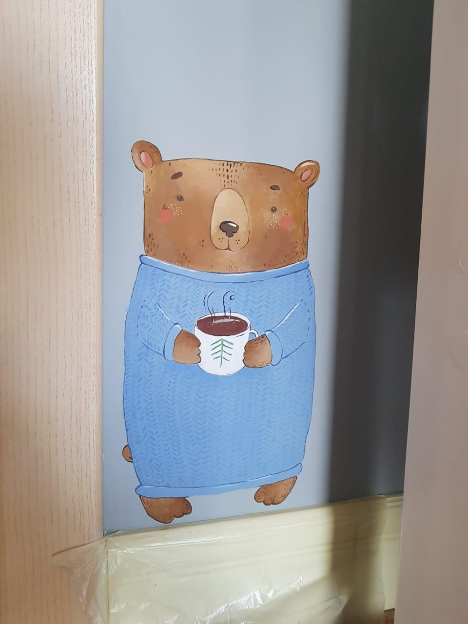 мишка на стене детской