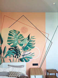 современная роспись стены детской комнаты тропические листья и геометрия