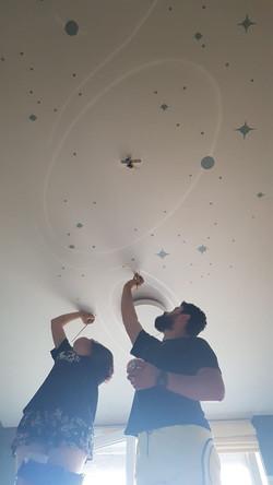 роспись потолока детской комнаты звездно