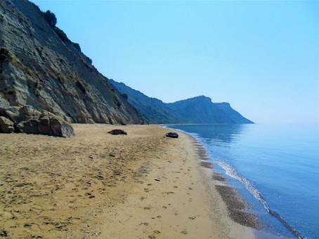 Arkoudilas: La playa bajo los acantilados blancos.