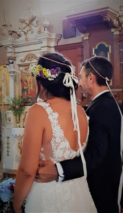 Pareja de novios griegos casándose