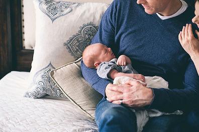 Homme tenant du nouveau-né