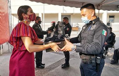 MEXICALI dotan de uniformes a policias.j