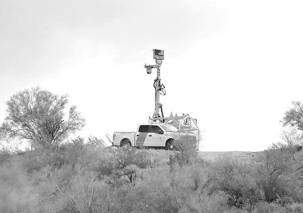CBP vigilando la frontera blanco y negro