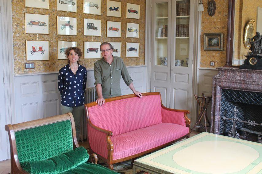 Jean-Michel Loury a racheté la propriété en 2014. Les travaux sont terminés. Ici, il est à côté de Céline Leclair, qui gère le gîte. (©Courrier de la Mayenne)