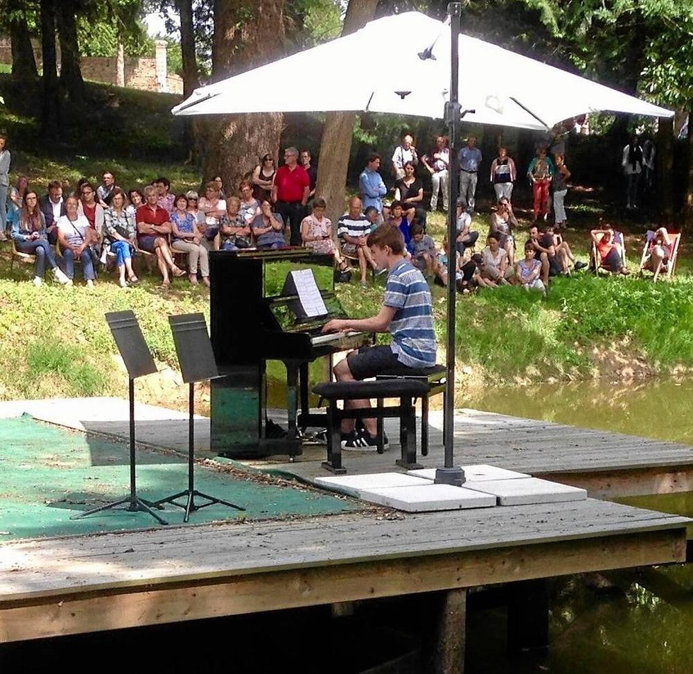 Sur le plan d'eau du château de la Roche avec le jeune pianiste, Matthias Packer.