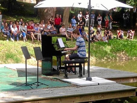 Un concert de piano donné dans un cadre champêtre
