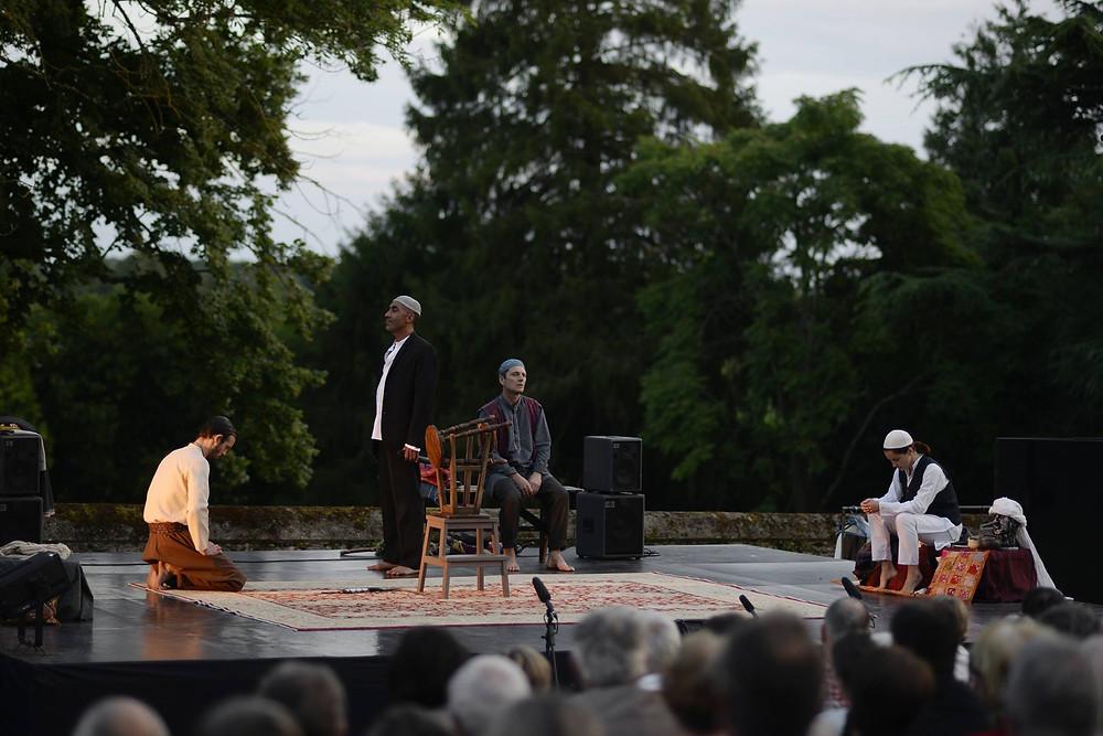 Les Passionnés du Rêve, dans le parc du Château de la Roche d'Ahuillé, interprétant la pièce Les Cavaliers dans le cadre des nuits de la Mayenne