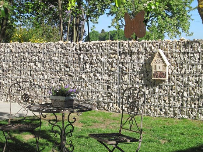 Stenstaket i Trädgårdsmiljö