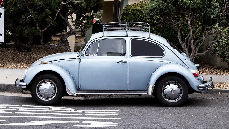 Blauer Käfer steht auf der Straße