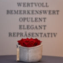 Ein Betonherz mit roten Infinit Rosen