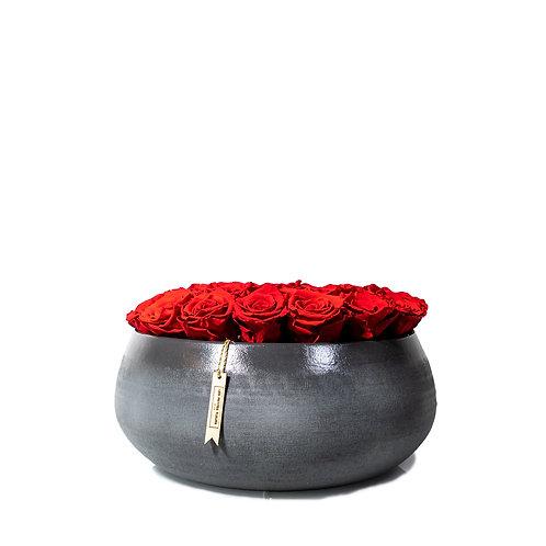 Graue Schale mit 30 roten Infinity Rosen
