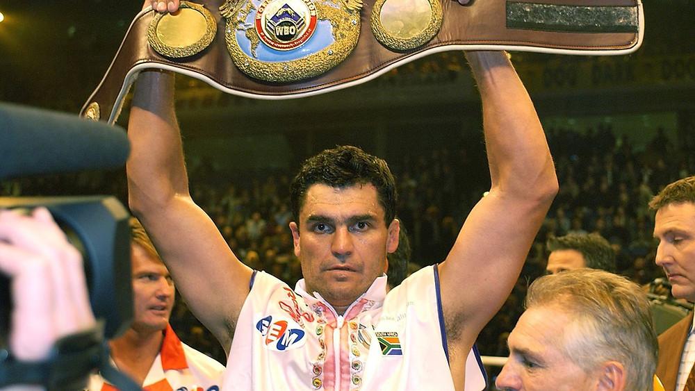 Корри Сандерс - левша, южноафриканский боксёр-профессионал, выступавший в тяжёлой весовой категории. Чемпион мира по версии Всемирной боксёрской организации (WBO) (2003—2004). Чемпион мира по версии Всемирного боксёрского союза (WBU) (1997—2000), чемпион Южной Африки (1991—1999), бил В. Кличко в 2003 г.), побил В. Кличко в 2003 г.