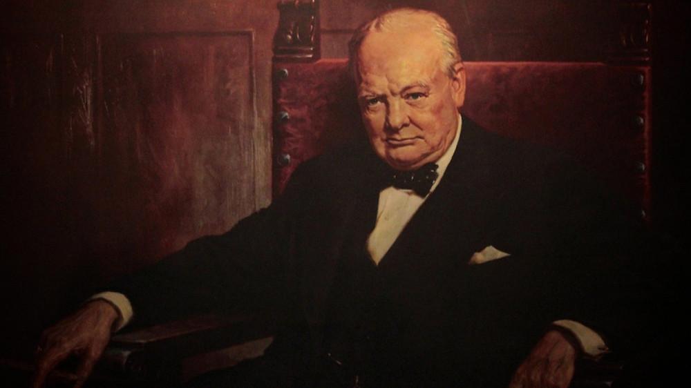 Уинстон Черчиль - левша,  британский государственный и политический деятель, премьер-министр Великобритании в 1940—1945 и 1951—1955 годах, выпивал как минимум по бутылке виски и коньяку (именно «и», а не «или») в день