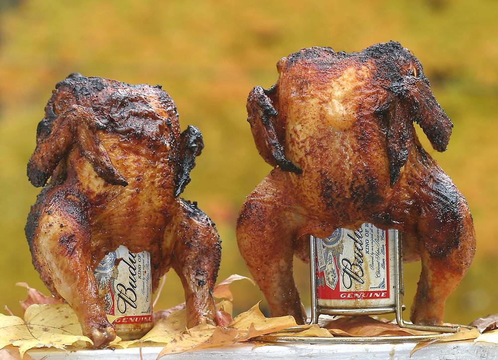 Две жареные курочки верхом на чешском пиве Budweiser.
