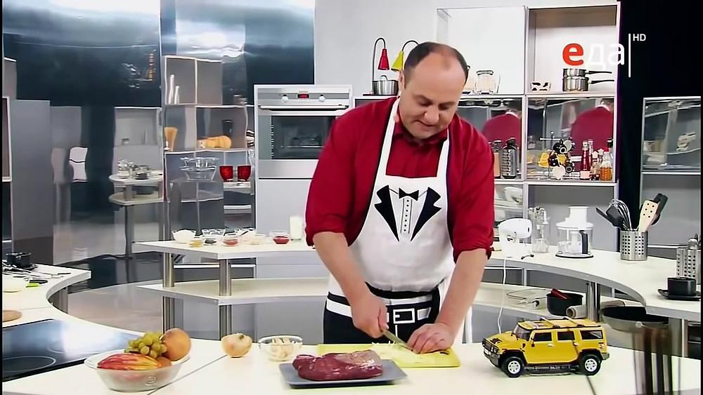 Илья Исаакович Лазерсон — шеф-повар, российский теле- и радиоведущий, автор книг по кулинарии.