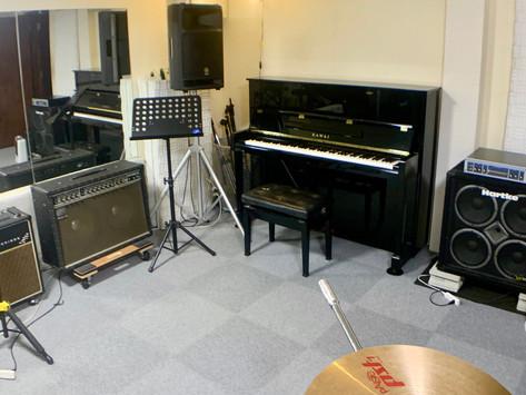 Dスタジオにアップライトピアノ設置
