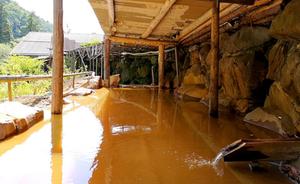改修工事が完了した、横谷名物・巨石露天風呂(金泉)