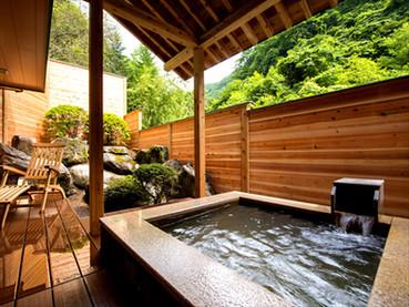 「早蕨」(露天風呂付特別室)の露天風呂