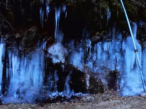 冬の横谷峡名物「氷瀑」! 見応えあります