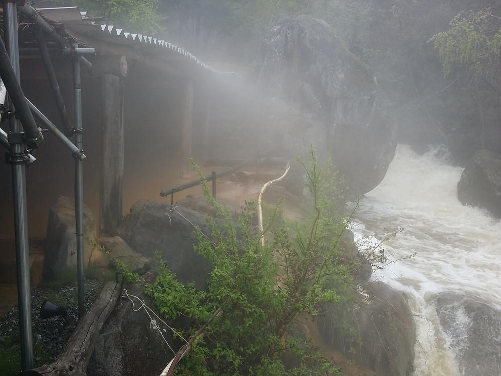 巨石大露天風呂の脇を流れる渓流の水量と勢いが強く、露天風呂の底がさらわれそうでした。