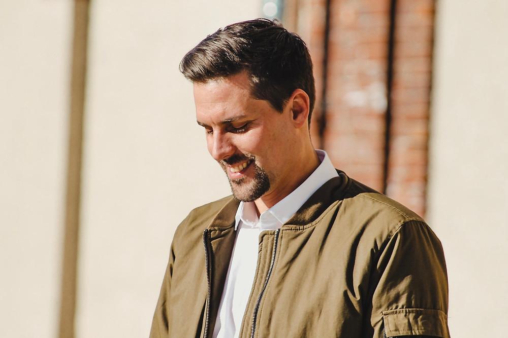 Marco Röhl, lächelt erfolgreich vor sich her. Er schreibt darüber, wie du lernst, niemals aufzugeben