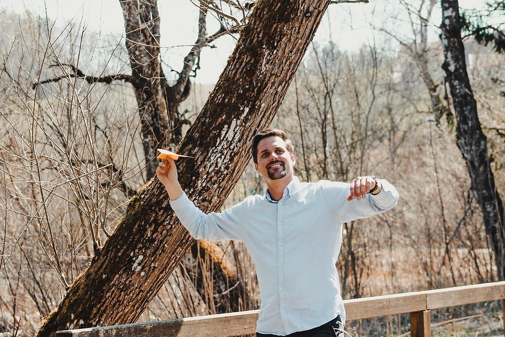 Marco Röhl wirft einen Papierflieger. Du kannst deine Ziele neu definieren. In jeder Lebenslage. Nutze die Krise als Chance