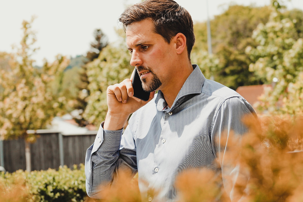 Marco Röhl steht telefonierend in seinem Garten. Der Alltag ist stressig. Er leidet an innerer Unruhe. Schafft er alle, was er sich vorgenommen hat? Oder wie geht er mit diesem Gefühl um?