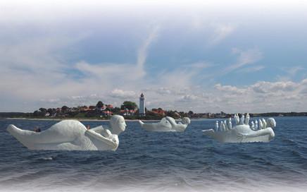 Fotomontage af Life-boats modeller 1:5 der passerer Strib Fyr, Danmark