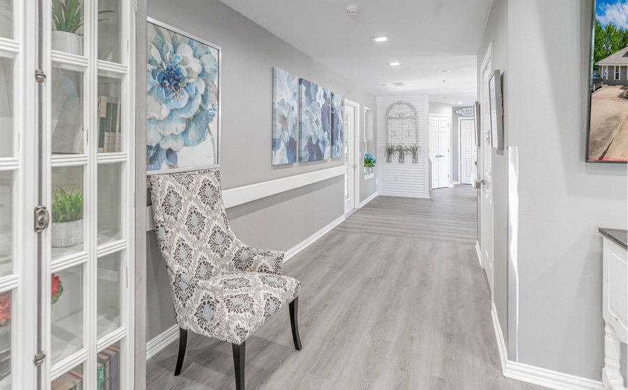 Wide hallway to dining and kitchen