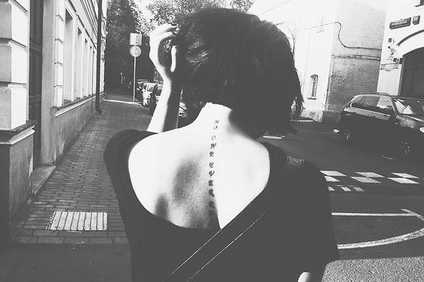 Ragazza con tatuaggio