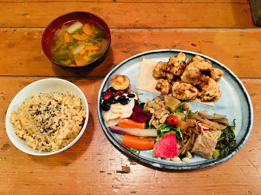 Le plat du jour chez Mominoki House, karaage de soja