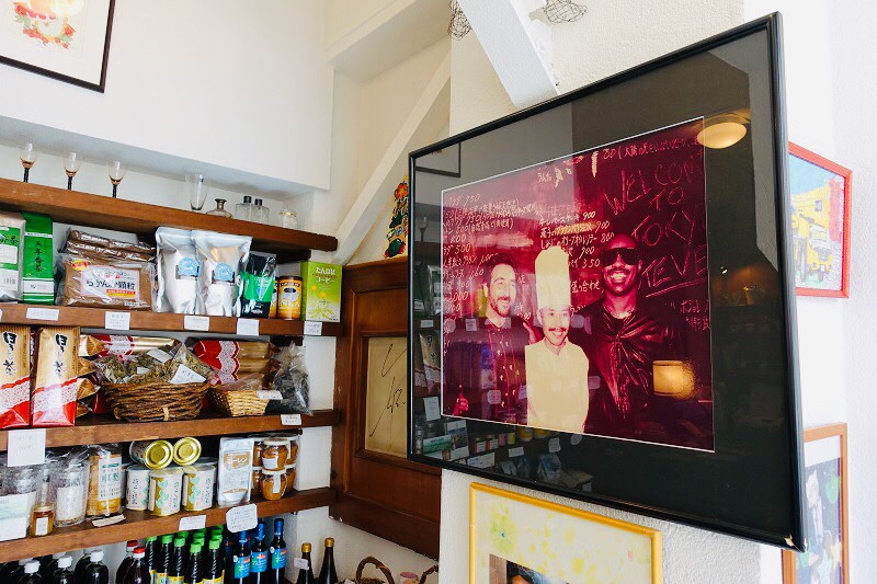 Photo de Eiichiro et Stevie Wonder dans l'entrée du restaurant