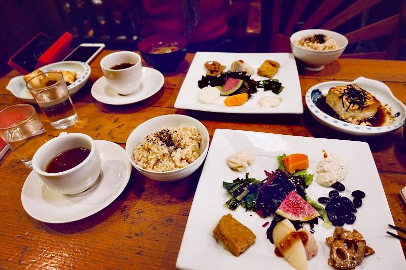 L'un des plats favoris d'Eiichiro : steak de tofu au gingembre, riz brun et légumes de saison