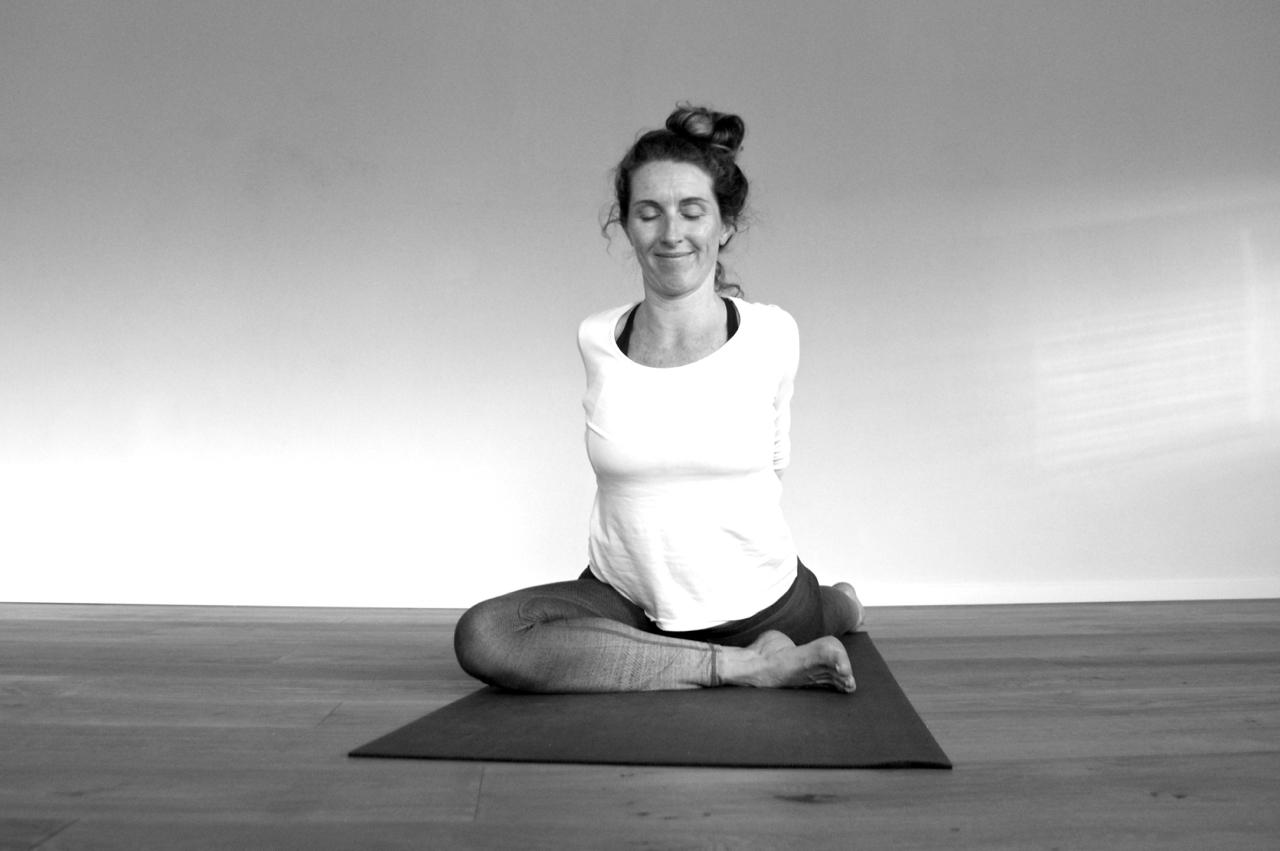 AOUM.yoga_Kapotasana_bw.jpg