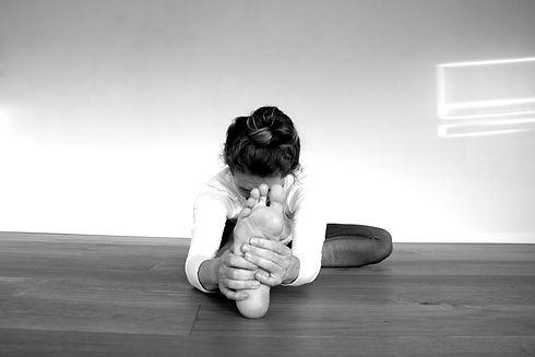 AOUM.yoga_Vorbeuge_ein_bw.jpg