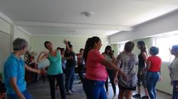 Grupo de mujeres bailando