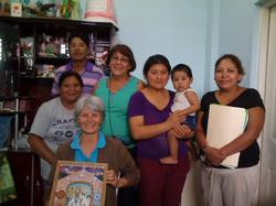 Grupo de personas y un bebe, posando con la Hermana Idalina