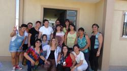 Grupo de mujeres sonrientes en la puerta del centro.
