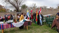 Grupo de personas sosteniendo banderas de diferentes paises.