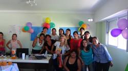 Grupo de mujeres en una celebracion con globos de fondo