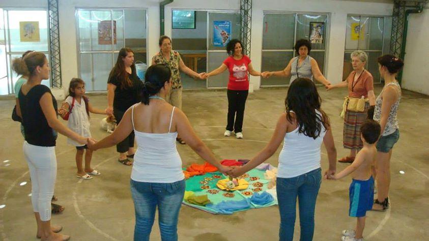 Mujeres en ronda tomadas de las manos.