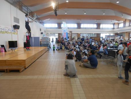 札幌市内の施設にて双子パフォーマーPLutoのパフォーマンスショー