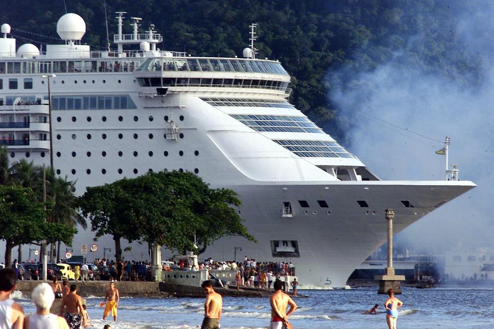navio saindo de santos na ponta da praia temporada de cruzeiros