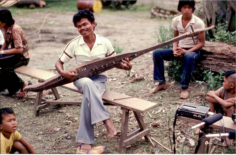 The first Philippine boat lute that Hans Brandeis ever recorded and collected, a kutiyapì of the Higaonon. Somewhere in the mountains between Cagayan de Oro and Iligan Ciy (Winter 1982-83).
