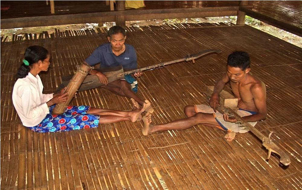 A typical ensemble of the Pala'wan, composed of two big kusiyapì lutes (Masino Intaray and Beryong Intaray) and a heterochord bamboo zither pagang (Salimuna Intaray). Sitio Cabangaan, Barangay Samariñana, Brooke's Point, Palawan (2006).