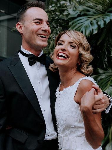 pareja de recien casados riendo
